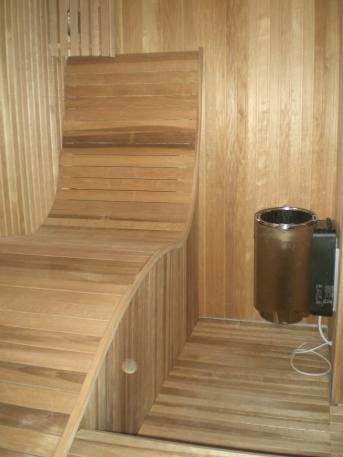 Tegning, produksjon og montering av måltilpasset sauna med kurvet sitteløsning for privat kunde.