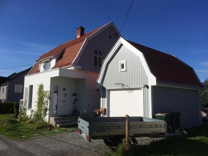 Mansard garasje og moderne tilbygg til gammelt hus
